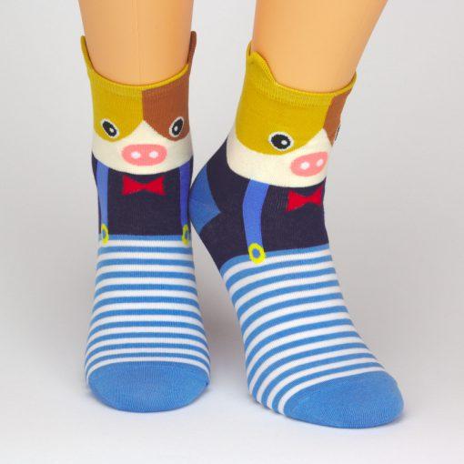 Socken mit Schweinchen-Motiv und blau weißen Streifen
