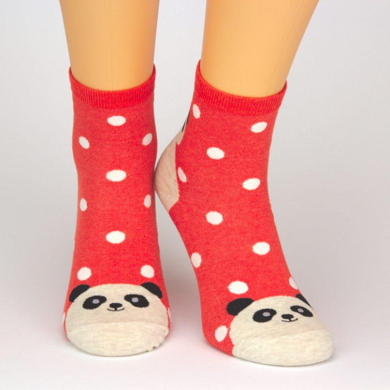 Socken in rot mit Panda Motiv und weißen Punkten