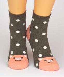 Socken in braun mit Schweinchen-Motiv und weißen Punkten