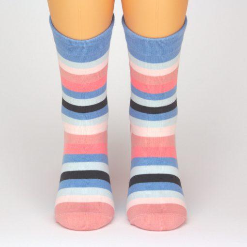 Bunte Socken mit strahlenden Streifen von Charaktoes