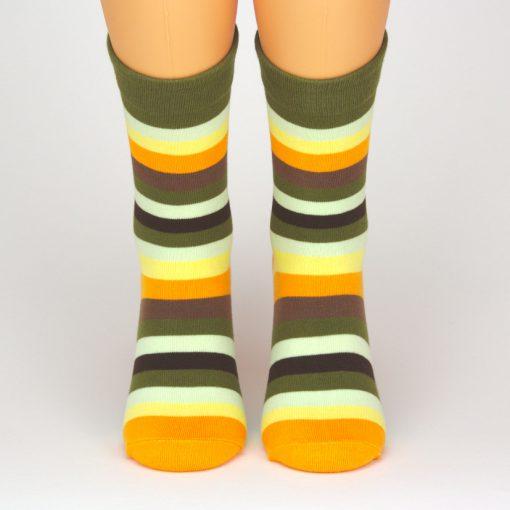 Socken mit leuchtenden bunten Streifen von Charaktoes