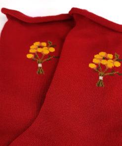 rote Socken mit Blumenmotiv